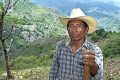 Portrait d'homme indien dans le paysage montagneux photos stock