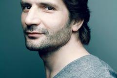 Portrait d'homme mûr bel à la mode heureux dans le swea gris Photographie stock libre de droits