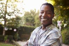 Portrait d'homme mûr dans le jardin d'arrière cour Photographie stock