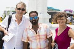Portrait d'homme multi-ethnique et de couples caucasiens supérieurs marchant dehors - couples multiraciaux heureux au début du st photographie stock libre de droits