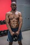 Portrait d'homme musculaire soulevant un kettlebell Photo stock