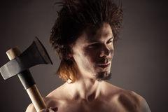 Portrait d'homme non rasé avec une hache à disposition Photographie stock libre de droits