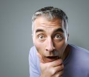 Portrait d'homme occasionnel étonné Images stock