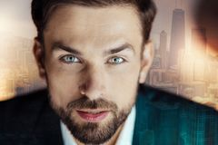Portrait d'homme raidi bel dans un costume photo libre de droits