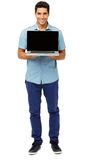 Portrait d'homme sûr favorisant l'ordinateur portable photographie stock