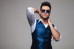 Portrait d'homme sensuel dans le gilet bleu posant séduisant Image libre de droits