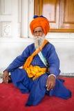 Portrait d'homme sikh indien dans le turban dans le temple d'or à Amritsar Images libres de droits