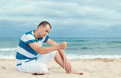 Portrait d'homme songeur sur la plage Image stock