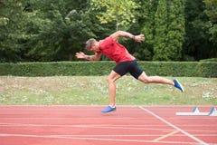 Portrait d'homme sportif sur la voie courante photo libre de droits