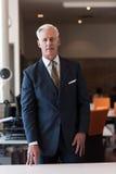 Portrait d'homme supérieur bel d'affaires au bureau moderne Photographie stock