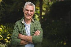 Portrait d'homme supérieur de sourire avec des bras croisés Image libre de droits