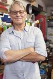 Portrait d'homme supérieur de sourire avec des verres et des bras croisés Images libres de droits