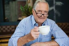 Portrait d'homme supérieur heureux au café Photos stock