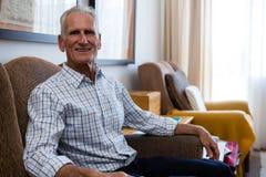 Portrait d'homme supérieur se reposant sur le fauteuil dans la maison de repos Photo libre de droits