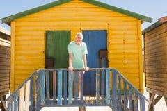 Portrait d'homme supérieur se tenant à la hutte de plage Images libres de droits
