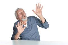 Portrait d'homme sup?rieur se reposant ? la table sur le fond blanc photos libres de droits