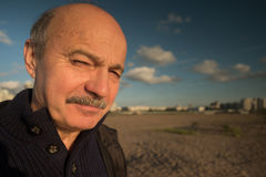Portrait d'homme d'une cinquantaine d'années détendant sur la nature dans le jour d'été et regardant loin la distance Images stock