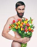Portrait d'hommes avec un bouquet des fleurs Images stock
