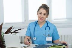 Portrait d'infirmière de jeunes dans l'uniforme bleu photos stock