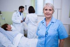 Portrait d'infirmière se tenant dans la chambre d'hôpital Photos stock