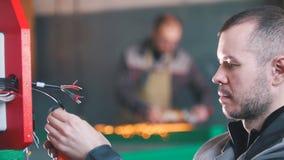 Portrait d'ingénieur de constructeur d'électricien pendant le travail photo stock