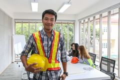 Portrait d'ingénieur masculin asiatique d'entrepreneur dans le lieu de réunion au bureau Charpentier d'électriciens ou operaters  photo libre de droits