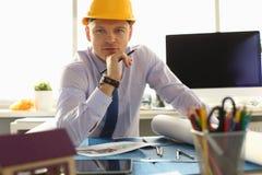 Portrait d'ingénieur professionnel dans le casque photo stock