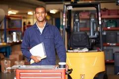 Portrait d'ingénieur Standing In Factory Images libres de droits