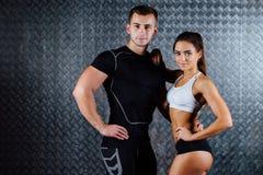 Portrait d'intérieur de couples attrayants de forme physique Image libre de droits