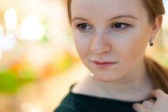 Portrait d'intérieur de jeune femme Photos stock