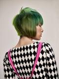 Portrait d'intérieur en gros plan de belle fille avec les cheveux colorés Le studio a tiré de la jeune femme gracieuse avec la co photos libres de droits