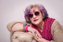 Portrait d'intérieur exagéré élégant supérieur de femme à la maison photographie stock libre de droits