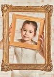 Portrait d'intérieur fille adorable d'expressve d'une jeune petite images stock