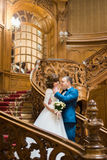 Portrait d'intérieur sensible du marié heureux frottant la joue de la jeune mariée dans la vieille maison Photographie stock