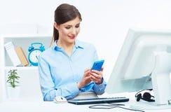 Portrait d'opérateur de sourire de centre d'appels de femme d'affaires au travail Image stock