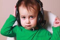 Portrait d'opérateur de téléphone de soutien dans la photo humoristique de casque Images libres de droits