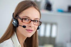 Portrait d'opérateur heureux de téléphone de soutien de jeunes avec le casque images stock
