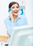 Portrait d'opérateur de sourire de centre d'appels de femme d'affaires au travail Images stock