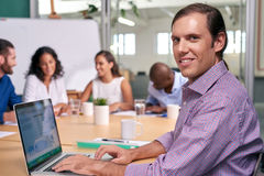 Portrait d'ordinateur portable de réunion d'homme d'affaires photos libres de droits