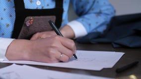 Portrait d'ouvrière couturière créant le croquis de la robe banque de vidéos