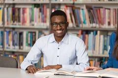 Portrait d'étudiant noir intelligent With Open Book Image libre de droits