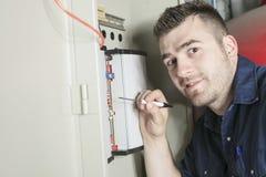 Portrait d'un électricien dans une chambre image stock