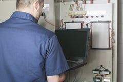Portrait d'un électricien dans une chambre photo stock