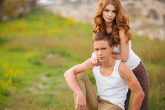 Portrait d'un été affectueux de couples dehors Image stock