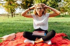 Portrait d'un étudiant avec des verres qui est fatigué d'étudier le sitt image stock