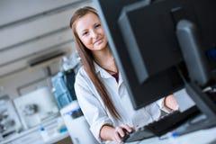 Portrait d'un étudiant féminin de chimie Photographie stock
