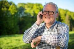 Portrait d'un aîné attirant dans la campagne Photographie stock libre de droits