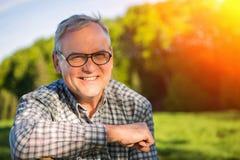 Portrait d'un aîné attirant dans la campagne Photographie stock