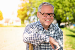 Portrait d'un aîné attirant dans la campagne Images stock
