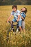 Portrait d'un ado sur une bicyclette voyageant dans le domaine de seigle Images libres de droits